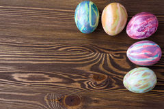 Huevos de Pascua en fondo de madera Foto de archivo libre de regalías