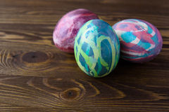 Huevos de Pascua en fondo de madera Imagen de archivo libre de regalías