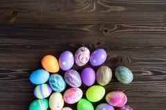 Huevos de Pascua en fondo de madera Fotos de archivo
