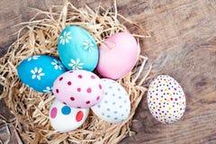 Huevos de Pascua en fondo de madera con el copyspace ¡Pascua feliz! Imágenes de archivo libres de regalías