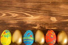 Huevos de Pascua en fondo de madera con el copyspace Fotos de archivo