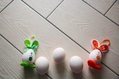 Huevos de Pascua en fondo de madera Pascua feliz Foto creativa con los huevos de Pascua Huevos de Pascua en fondo de madera Pascu Fotografía de archivo libre de regalías