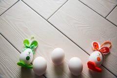 Huevos de Pascua en fondo de madera Pascua feliz Foto creativa con los huevos de Pascua Huevos de Pascua en fondo de madera Pascu Imagenes de archivo