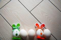 Huevos de Pascua en fondo de madera Pascua feliz Foto creativa con los huevos de Pascua Huevos de Pascua en fondo de madera Pascu Foto de archivo libre de regalías
