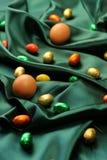 Huevos de Pascua en fondo verde Fotografía de archivo libre de regalías