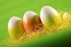 Huevos de Pascua en fondo verde imagen de archivo