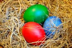 Huevos de Pascua en heno Imagen de archivo