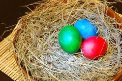 Huevos de Pascua en heno Fotos de archivo
