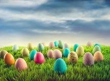 Huevos de Pascua en hierba Foto de archivo