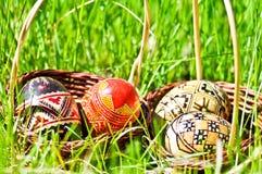 Huevos de Pascua en hierba Fotografía de archivo