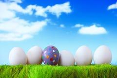 Huevos de Pascua en hierba con el cielo Fotos de archivo