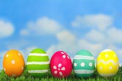Huevos de Pascua en hierba con el cielo azul Fotos de archivo