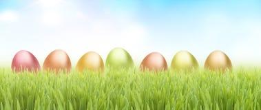Huevos de Pascua en hierba fotos de archivo libres de regalías