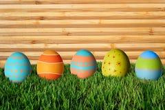 Huevos de Pascua en hierba verde Fotografía de archivo