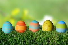 Huevos de Pascua en hierba verde Imagen de archivo libre de regalías