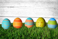 Huevos de Pascua en hierba verde Fotos de archivo
