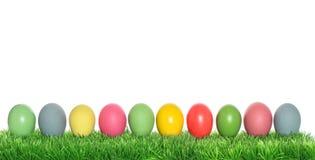 Huevos de Pascua en hierba verde Bandera de los días de fiesta de la primavera Fotografía de archivo