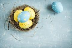 Huevos de Pascua en jerarquía Fotos de archivo libres de regalías
