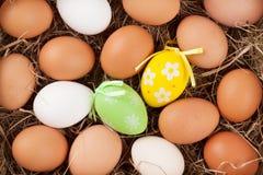 Huevos de Pascua en jerarquía de la paja Fotos de archivo libres de regalías