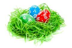 Huevos de Pascua en jerarquía de la paja Foto de archivo