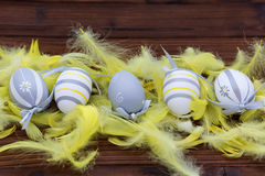 Huevos de Pascua en jerarquía y pluma Fotografía de archivo