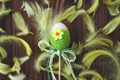 Huevos de Pascua en jerarquía y pluma Imagenes de archivo