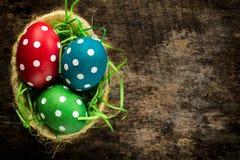Huevos de Pascua en la cesta Fotografía de archivo libre de regalías