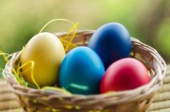 Huevos de Pascua en la cesta Fotos de archivo