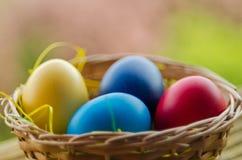 Huevos de Pascua en la cesta Foto de archivo libre de regalías