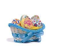 Huevos de Pascua en la cesta azul Foto de archivo