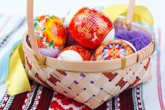 Huevos de Pascua en la cesta de madera Fotografía de archivo libre de regalías