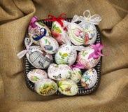Huevos de Pascua en la cesta de mimbre Imagen de archivo libre de regalías