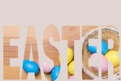 Huevos de Pascua en la cesta en fondo de madera ilustración del vector