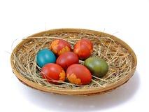 Huevos de Pascua en la cesta horizontal Fotos de archivo libres de regalías