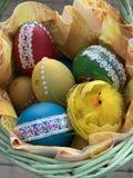 Huevos de Pascua en la cesta imagen de archivo libre de regalías
