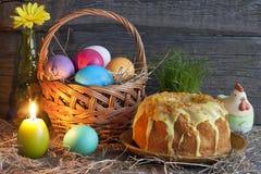 Huevos de Pascua en la cesta y la torta Fotos de archivo libres de regalías