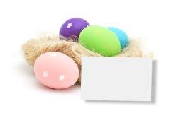 Huevos de Pascua en la jerarquía aislada en blanco Foto de archivo