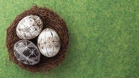 Huevos de Pascua en la jerarquía en fondo verde Imagen de archivo