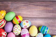 Huevos de Pascua en la madera Fotos de archivo libres de regalías