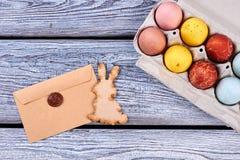 Huevos de Pascua en la madera gris Imágenes de archivo libres de regalías