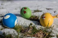 Huevos de Pascua en la nieve Imagen de archivo