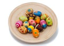 Huevos de Pascua en la placa Fotos de archivo