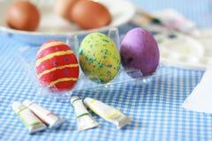 Huevos de Pascua en la tabla Fotos de archivo libres de regalías
