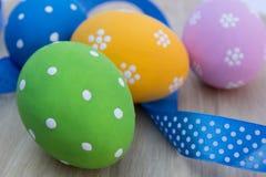 Huevos de Pascua en la tabla con la cinta Fotografía de archivo libre de regalías