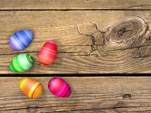 Huevos de Pascua en la tabla de madera Fotos de archivo libres de regalías