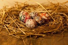 Huevos de Pascua en la tabla de madera Foto de archivo libre de regalías