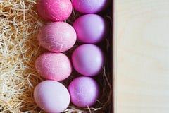 Huevos de Pascua en la tabla, top-vista Fotos de archivo