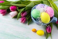 Huevos de Pascua en la taza azul Fotografía de archivo