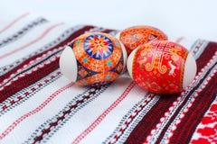 Huevos de Pascua en la toalla bordada Imagen de archivo