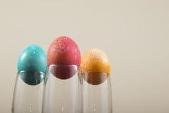 Huevos de Pascua en las copas de vino 1 Fotos de archivo